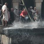 Alle sterblichen Ueberreste werden in den Fluss gespuelt